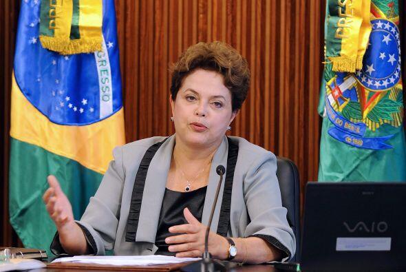 Rousseff, de 63 años, tiene mucho de qué preocuparse además del peso que...