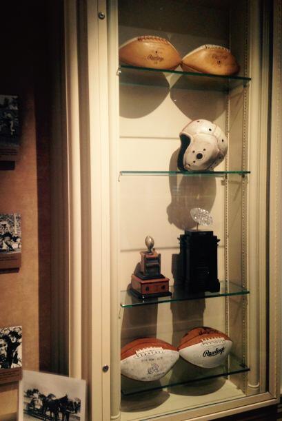 Históricos cascos y balones son exhibidos en el corredor. Detalle...