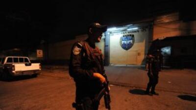 El país centroamericano vive una ola de violencia, que a diario deja un...