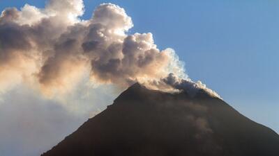 Volcán Colima en México arroja cenizas y fuego a más de 1.25 millas de a...