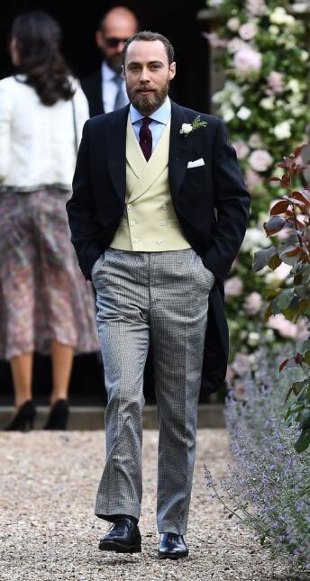 James Middleton puso un toque moderno a su pantalón al seleccionar una t...