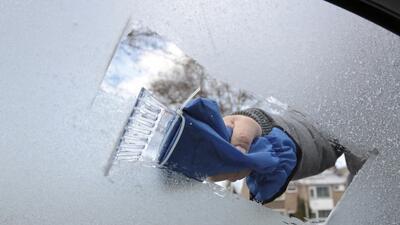 9 objetos caseros para quitar el hielo de tu carro