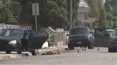 Arrestan a dos sospechosos de robo tras enfrentamiento a balazos con autoridades frente a escuela