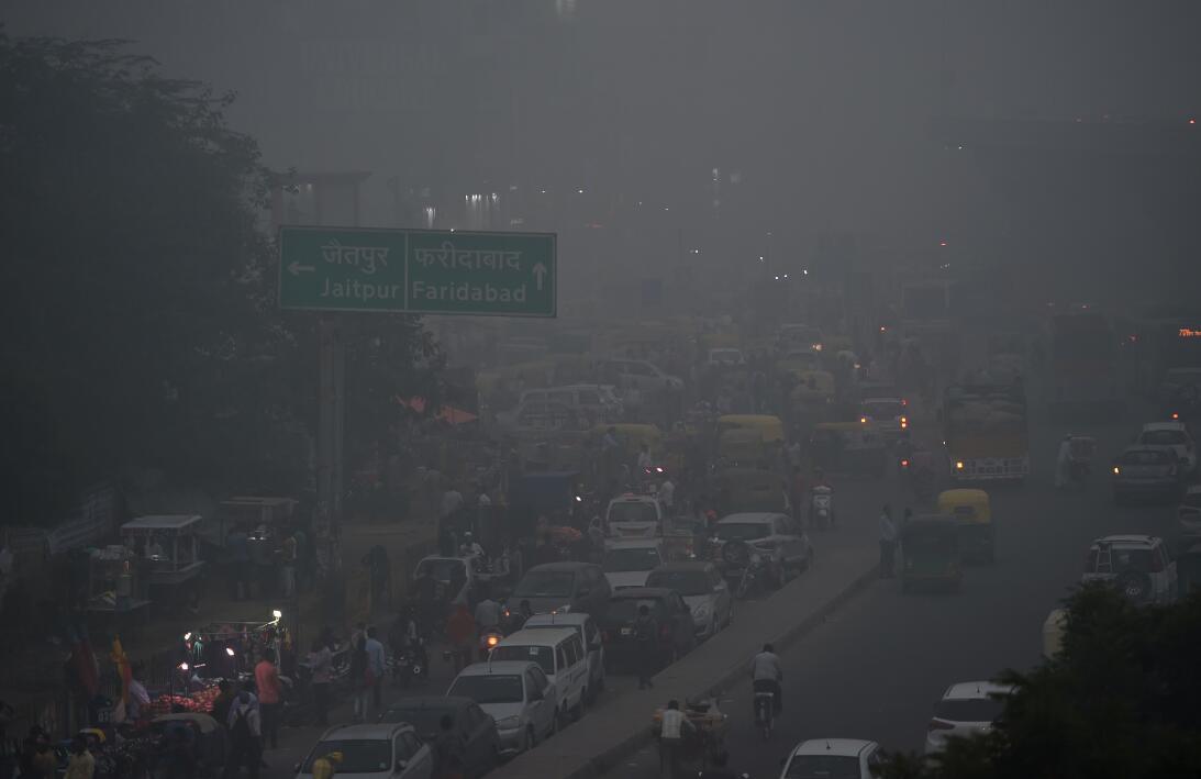 La contaminación del aire asfixia a Nueva Delhi  4-gettyimages-871657824...