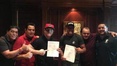 'Canelo' y el equipo de Golden Boy Promotions con el nuevo contrato