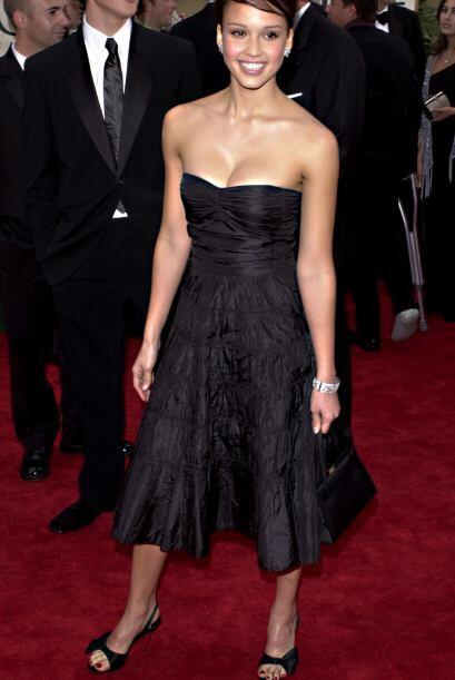 Preciosa Jessica Alba en este vestido sexy y clásico.