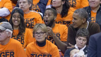 El presidente con su sobrino y su hija Malia en un juego de baloncesto.