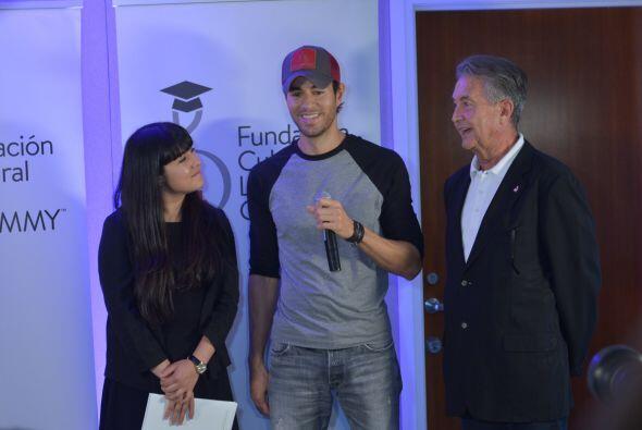 Manolo Díaz, Vice Presidente de la Fundación Cultural Latin GRAMMY, reco...