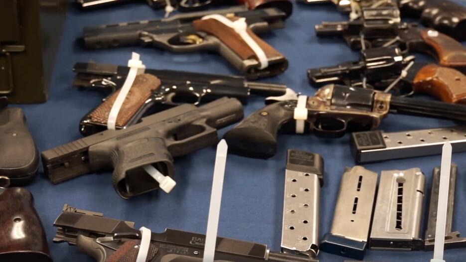 El arrestado, de 65 años de edad, enfrenta cargos de tráfico de armas.