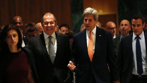 Sergey Lavrov, de Rusia, y John Kerry, de EEUU, a su llegada a Ginebra p...