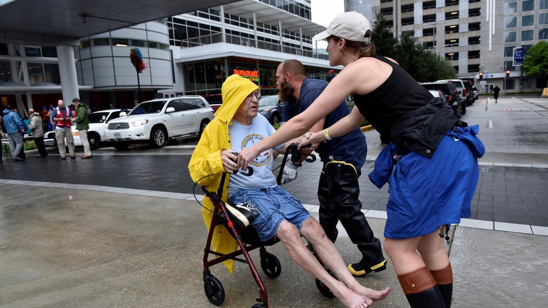 Más de 10 hospitales de Houston se han visto obligados a evacuar a sus p...