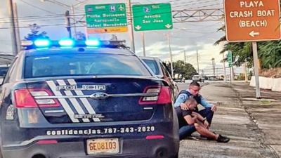 La historia detrás de la foto viral de un policía que consuela a un hombre en la vía