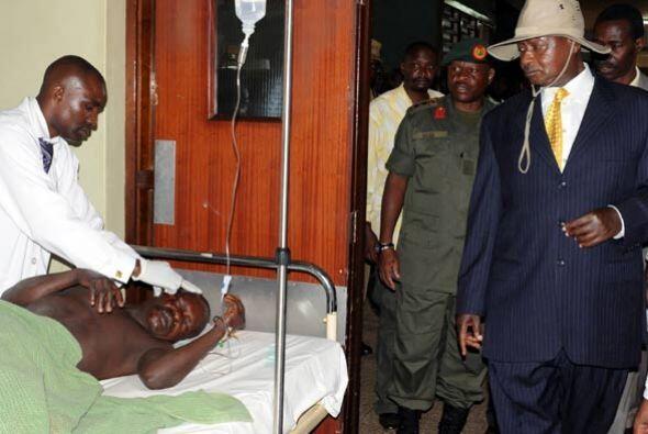El presidente de Uganda, Yoweri Museveni visitó a los sobrevivientes de...