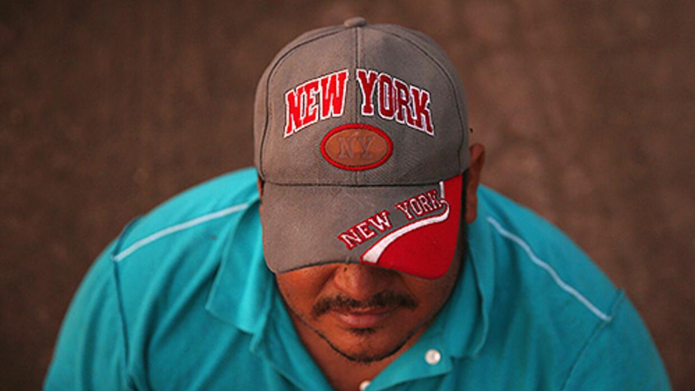 Un inmigrante indocumentado en algún lugar de la frontera de Texas entr...