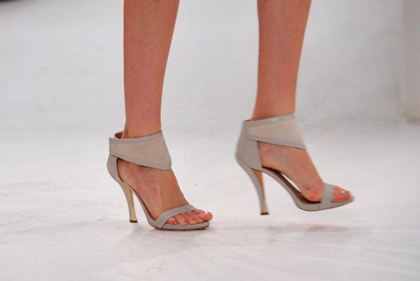 Evita las tiras a la altura del tobillo en cualquier calzado, pues esto...