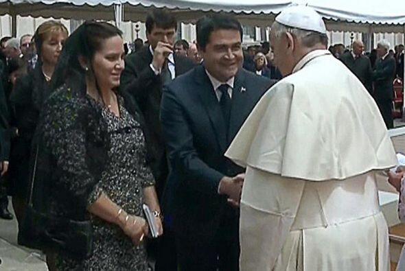 Imagen del video del saludo del presidente de Honduras al sumo pontífice.