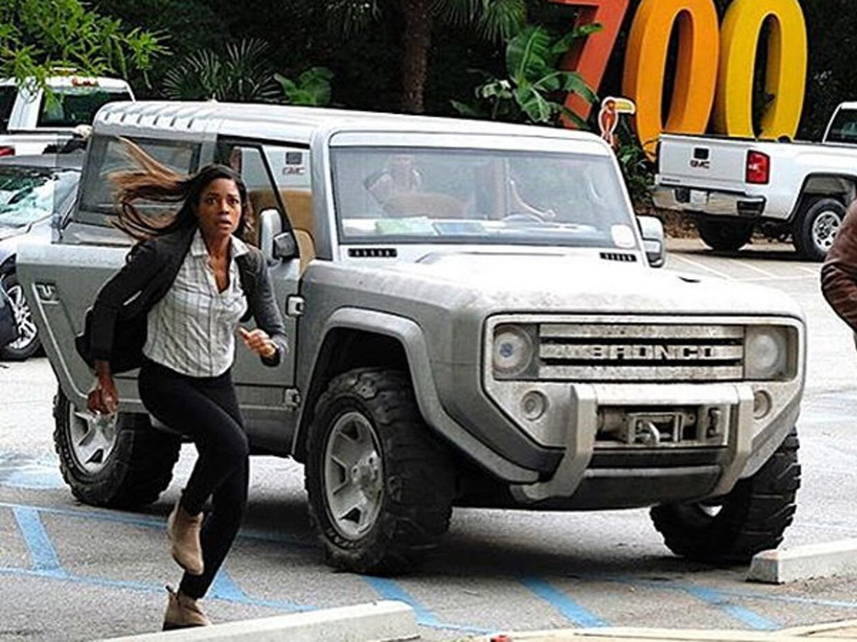 "Dwayne ""The Rock"" Johnson junto al Ford Bronco Concept"