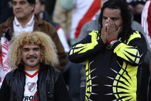 En la tribuna se encontraban históricos del fútbol internacional como Ca...