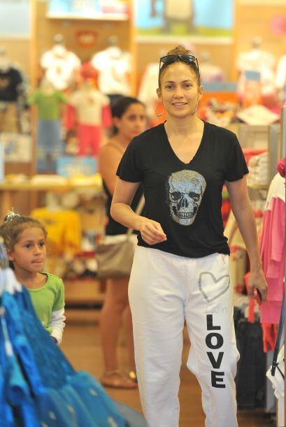 En ocasiones sale ella sola de compras o a pasear con los chicos. Mira a...