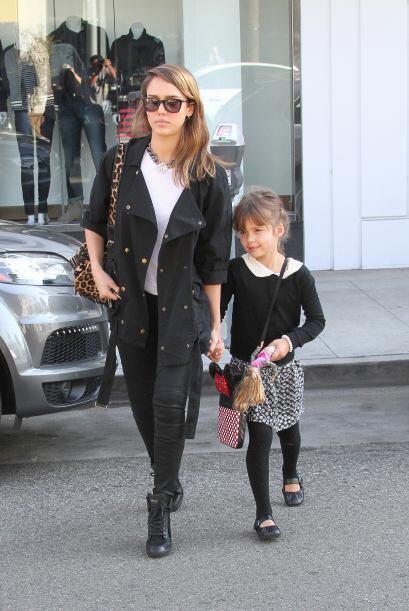 Estas nenas ponen atención a cada uno de los 'outfits' de su madre, pues...