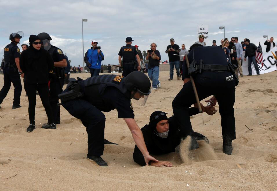 Un manifestante en contra de Trump es detenido en Huntington Beach, en C...