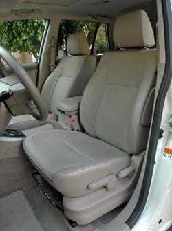 Los asientos son cómodos y la posición de manejo es bastante buena para...