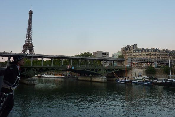 Puente de Bir-Hakeim, Paris, Francia. Mariachi in Transit no puso en prá...