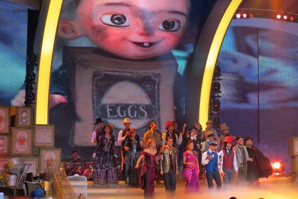 Los tres equipos se reunieron en el centro del escenario.