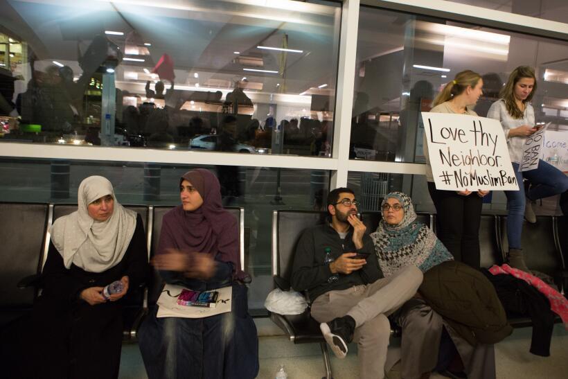 Una juez suspende las deportaciones de personas detenidas con visa válid...