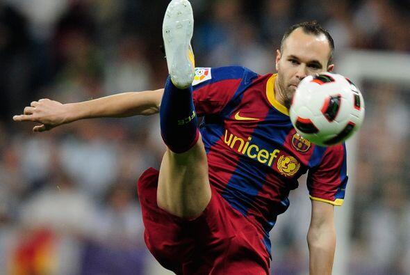 Andrés Iniesta nos da unas lecciones de estiramiento durante el partido...