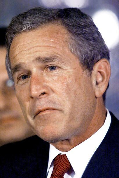 """9:31 George W. Bush declara que se el país está bajo un""""aparentemente at..."""