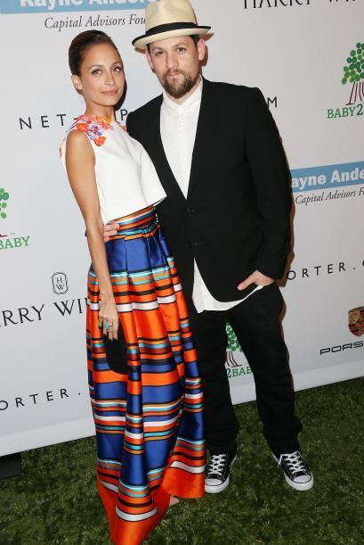 Nos encanta este look de Nicole Richie, posando con su amor, Joel Madden...