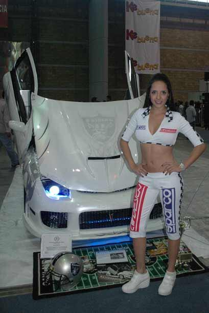 Autos y chicas... para muchos la combinación perfecta que no puede falta...