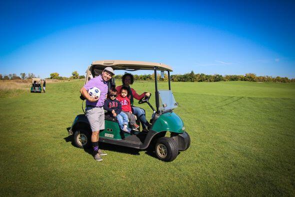 Se usan carritos de golf para transportarse en los extensos y verdes cam...
