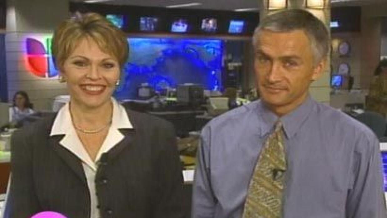 Jorge Ramos y María Elena Salinas en un antiguo set del Noticiero Univis...