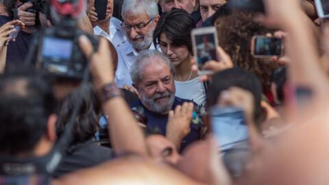 El expresidente de Brasil Luiz Inacio Lula da Silva saluda a sus seguido...