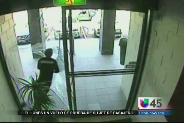 Se le atravesó la puerta a este ladrón que intentaba huir de una tienda...