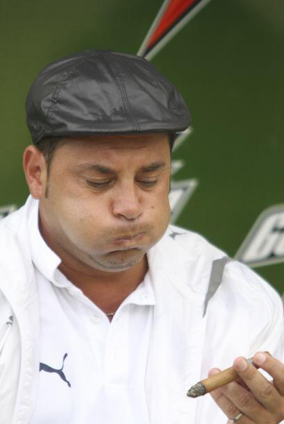 Al técnico Antonio Mohamed le encanta fumar habanos, aunque está prohibi...