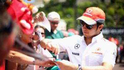 Sergio 'Checo' Pérez firma autógrafos en Mónaco.
