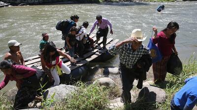 Migrantes indocumentados llegando a México tras haber cruzado el río Suc...