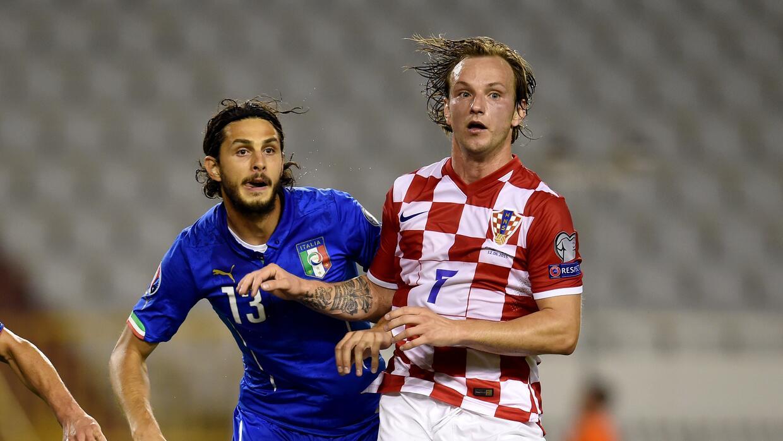 Ranocchia y Rakitic disputan un balón en la eliminatoria rumbo a la Euro.