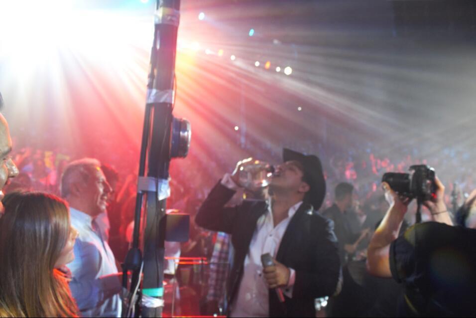 Julión bebiendo tequila