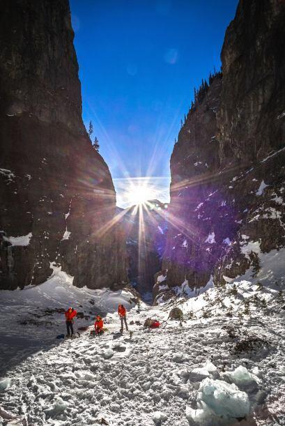 Amantes de tomar riesgos, los alpinistas disfrutaron de escalar la impre...