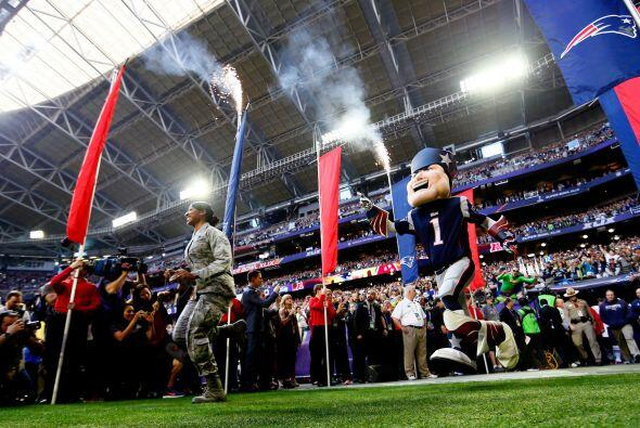 La mascota de los Patriots al frente del equipo.