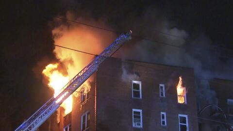 Más de 150 bomberos controlan un incendio de cuatro alarmas en un edific...