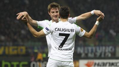 Daniel Caligiuri es felicitado tras anotar el primer tanto alemán en el...