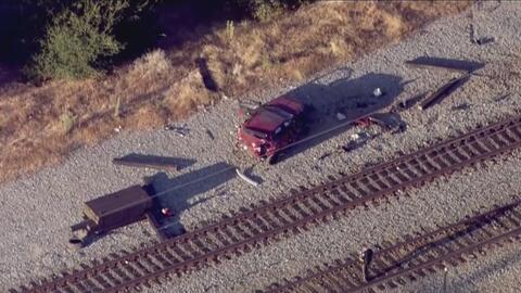 Un conductor resultó herido tras el choque de su auto contra un tren en...
