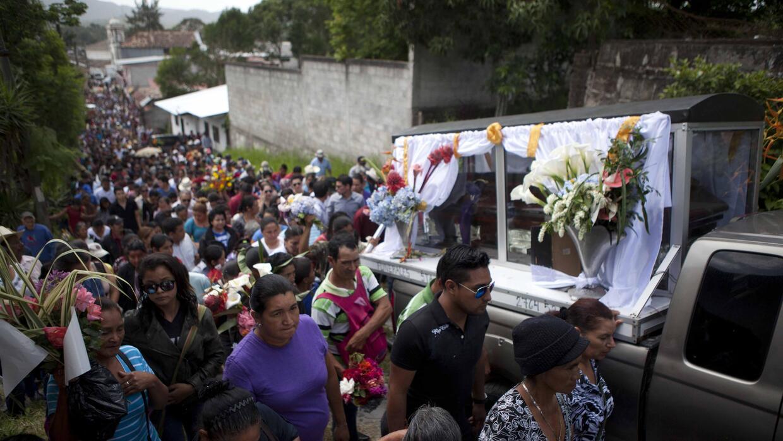 Familiares y amigos asisten al funeral de Lesbia Yaneth Urquía, de 48 añ...