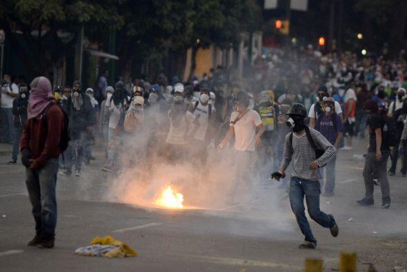 A pocas cuadras del lugar, miles de jóvenes de la oposició...