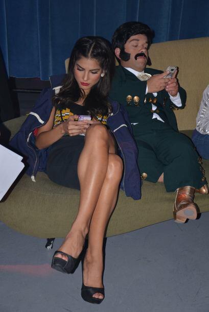 Alejandra también usa su dispositivo para atender a sus fans.